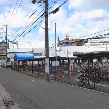 【周辺環境】マンションの入り口前の風景。駅が見える距離にあります!