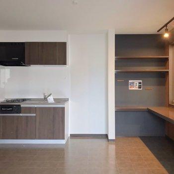 キッチンもブラウン。壁付けだから家具の配置にも困りません。