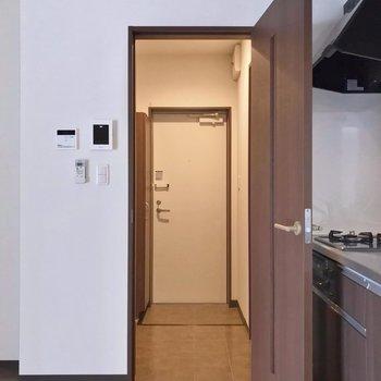 サニタリーの設備は廊下側。モニターホンや温度調節のリモコンもありました。