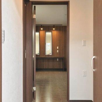 玄関入って、短い廊下を抜けた先にリビング。
