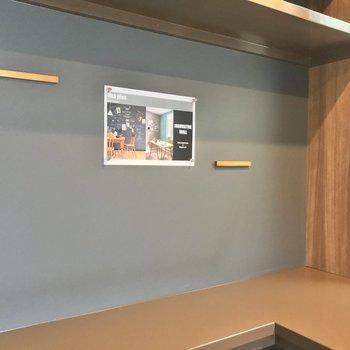 この壁はブラックボードクロス。マグネットを使ったり、チョークでメモ書きしたりできますよ!