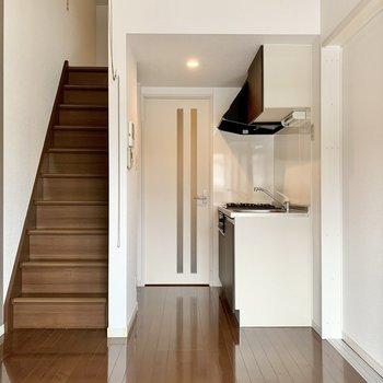 キッチンスペースが隅にあるので家具が置きやすい。