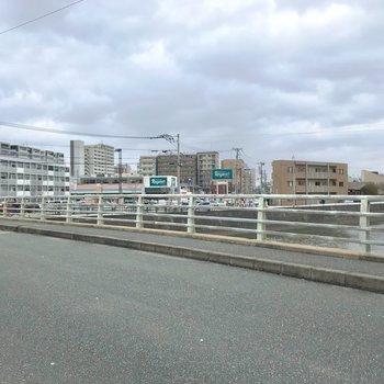 近くの川を渡ると大きなスーパーがあります。