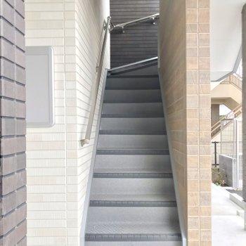 この階段をのぼってお部屋まで。大きな家具がある方は階段幅も採寸するのがおすすめです。