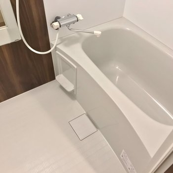 お風呂はサーモ水栓で温度調節簡単。