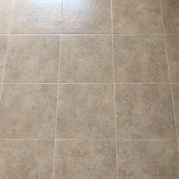 タイルのような床はササッと拭き掃除できちゃうスグレモノ。