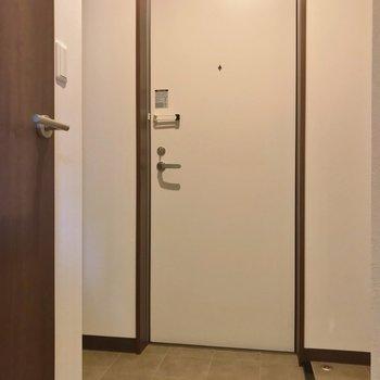 玄関の土間部分も居室とお揃いの床でした。