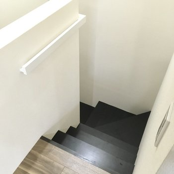 階段降りて1階へ。(※写真は別棟の同間取り別部屋のものです)
