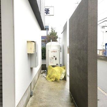 ゴミ置き場は建物前にありました。