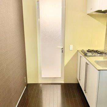 【1階】奥にお風呂やトイレがあります。