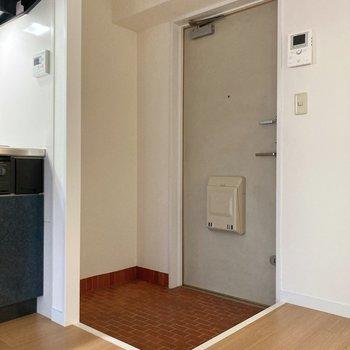 玄関はコンパクトに。シューズボックスがないのでご自身でご用意くださいね。