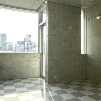 小窓側にテレビかな。※写真は3階の反転間取り別部屋のものです