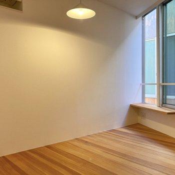 【2階】テレビ等は窓付近にまとめて設置できますよ。