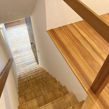 1階と2階で無垢床の色合いが変わるんです。