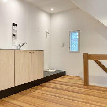 【2階】小窓がお部屋に開放感を与えてくれます。