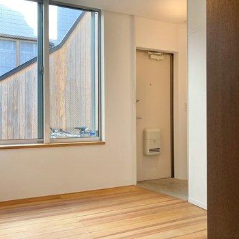 【1階】窓が大きいので圧迫感は感じません。