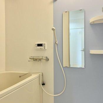 ホワイト×サックスのバイカラーが爽やかな浴室。