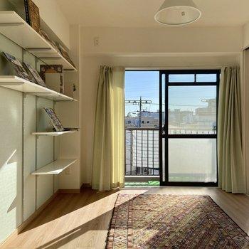 【洋室】こちらのお部屋も日当たりがよくて明るい。※写真の家具はサンプルです