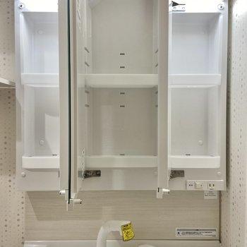 独立洗面台の鏡の裏は収納になっています。水撥ねも気になりませんね。