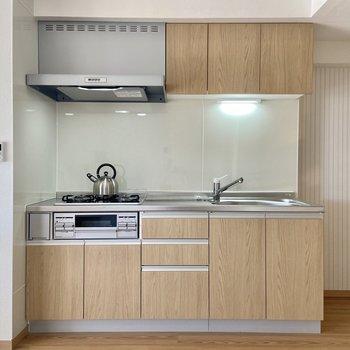 【LDK】木目調のシステムキッチンです。収納もたっぷり!※写真の家具はサンプルです