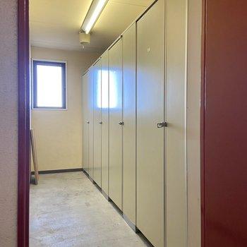 お部屋を出てすぐの扉を開けるとロッカールームがありました。