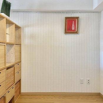 【LDK】ストライプのアクセントクロスにはピクチャーレールがついています。※写真の家具はサンプルです