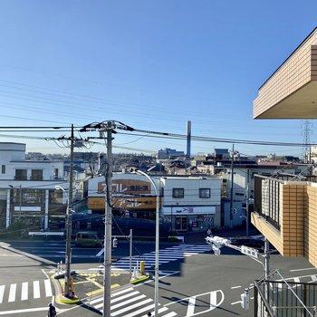 【西側眺望】最寄りのスーパーが見えます。遅い時間まで営業しているのも嬉しいポイント。