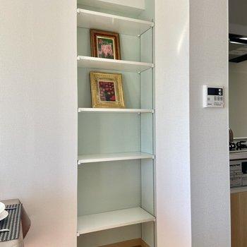 【LDK】可動式のシェルフにはお気に入りのキッチン用品や調味料を見せる収納してもいいですね。※写真の家具はサンプルです