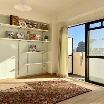 【洋室】淡いブルーのクロスに可動式のシェルフ。好きなものを飾ったり収納としても使えそう。※写真の家具はサンプルです