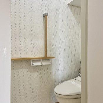 トイレにはサニタリーからアクセスできます。サニタリーと色違いのクロスがかわいい。