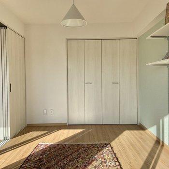 【洋室】こちら側には収納があります。※写真の家具はサンプルです