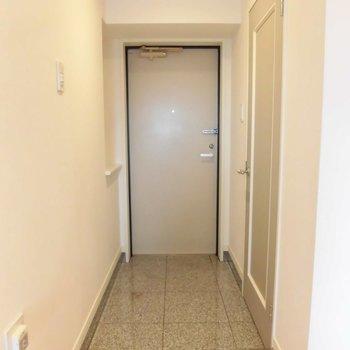 ゆったりとした玄関です!※写真は11階の同間取り別部屋のものです
