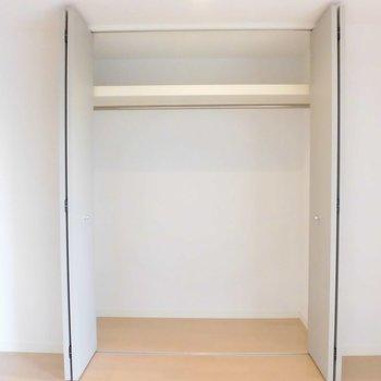 収納はここ!横に広いのでハンガーなら結構入りますよ※写真は11階の同間取り別部屋のものです