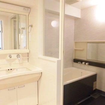 蛇口がおしゃれな洗面台とお風呂はブラックでキリッと※写真は11階の同間取り別部屋のものです