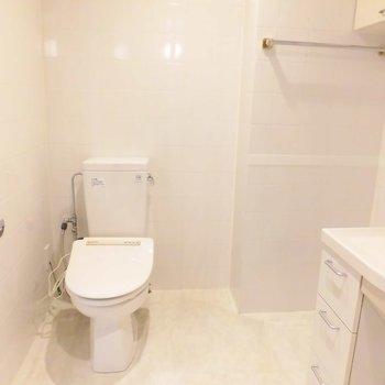 トイレの横に洗濯機置場です※写真は11階の同間取り別部屋のものです