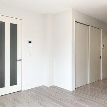 【LDK】左側の扉は玄関、右の扉は洋室と繋がっています。