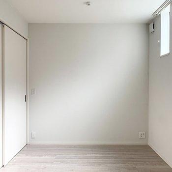 【洋室】ベッドカバーは内装に合わせて白にしようかな。