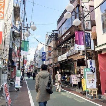 下高井戸駅も徒歩圏内。周辺は適度に賑わっています。