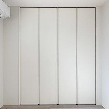 【洋室】壁一面の大きなクローゼットは......