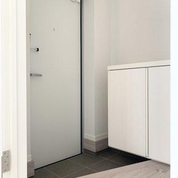 玄関はコンパクト。靴はこまめにシューズボックスへ。