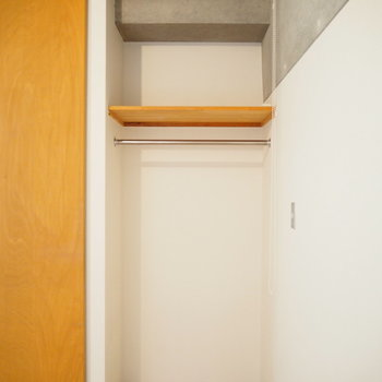 クローゼットは1人分にぴったりサイズ。(※写真は3階の同間取り別部屋のものです)
