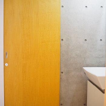 トイレにも扉が付いていますよ! (※写真は3階の同間取り別部屋のものです)