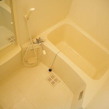 お風呂場です。ラック付きで嬉しい!(※写真は3階の同間取り別部屋のものです)