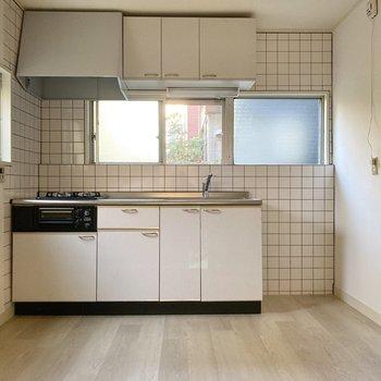 【キッチン】白のタイルがかわいらしく、やわらかな雰囲気です。