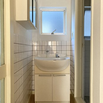 シンプルで清潔感のある洗面台。