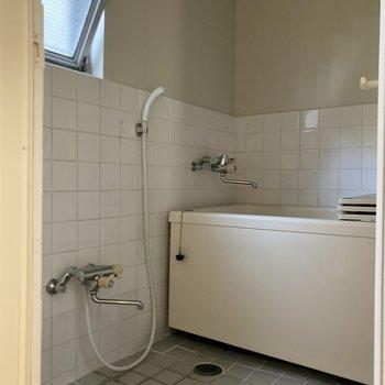 グレーと白で落ち着きのあるバスルーム。