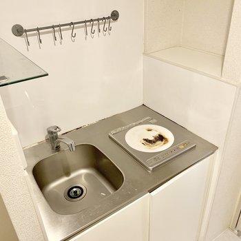 キッチンはIHの1口タイプ。コンパクトですが棚やフックなどが付いており使い勝手良さそうです。(※写真は清掃前のものです)