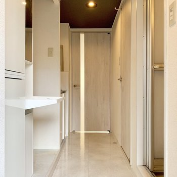 玄関扉を開けた瞬間から広がる高級感のある空間・・・(※写真は清掃前のものです)