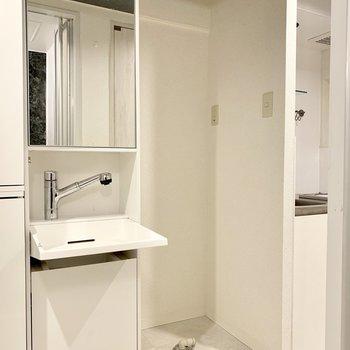 キッチンのお隣には洗濯機置き場と洗面台があります。洗面台もスタイリッシュだな〜!(※写真は清掃前のものです)