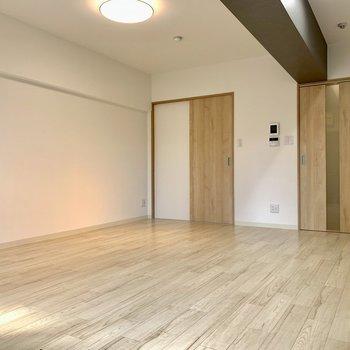 家具も木目のものを揃えると、落ち着いた自然の生活空間ができそう